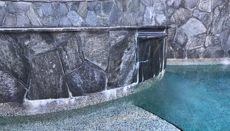 eflorescencia en spa elevado, eflorescencia, carbonato de calcio, eflorescencia de piscina, escala alrededor del spa, escala vs. eflorescencia