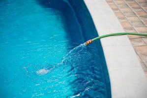 dilución de piscina, piscina de drenaje, piscina de recarga, manguera de piscina, acumulación química en piscinas, orenda, persiana